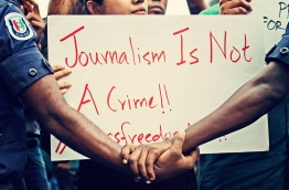 (FILE) Reporters and journalists at a protest against the persecution of media and press in 2016: MMC said Article 136 of the Evidence Act infringes the rights guaranteed for journalists in the Constitution -- Photo: Mihaaru