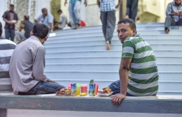 People wait to break their fasts ahead of the Maghrib prayer outside a mosque, May 2017. PHOTO: NISHAN ALI/MIHAARU