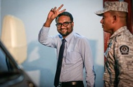 Former PG Muhuthaz flashes the victory sign as he is led away by prison official after he was sentenced to 17 years in prison for conspiring to kidnap the president. MIHAARU PHOTO
