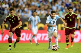 Argentina's Lionel Messi (C) controls the ball next to Venezuela's Tomas Rincon (R) and Venezuela's Wilker Romero (L) during a Copa America Centenario quarterfinal football match in Foxborough, Massachusetts, United States, on June 18, 2016. / AFP PHOTO / ALFREDO ESTRELLA