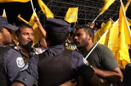 Police block MDP protesters as they tried to march to celebrate its 11th anniversary on Monday. MIHAARU PHOTO/ALI NAAFIZ