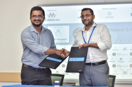 """MV Medicals' marketing and public relations manager Abdul Jaleel Hussain (L) and ADK Hospital's managing director Ahmed Afaal signed the agreement appointing ADK Hospital as main sponsor of """"Maldives Medical and Health Expo"""". PHOTO: NISHAN ALI/MIHAARU"""