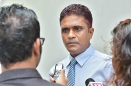 Chief government lawmaker Ahmed Nihan Hussain Manik speaking to reporters on Wednesday. MIHAARU PHOTO/MOHAMED SHARUHAAN