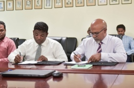 Education ministry's permanent secretary Dr Abdul Muhsin Mohamed (R) and Qualitat Education's managing director Moosa Rasheed sign agreement awarding the former Lale School building to Qualitat Education. PHOTO: MOHAMED SHARUHAAN/MIHAARU