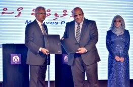 Allied Insurance's MD Ahmed Ameel (r) and Maldives Post Limited's MD Ahmed Shafeeq sign agreement to provide Allied's services at all Post outlets in the Maldives. PHOTO: NISHAN ALI/MIHAARU