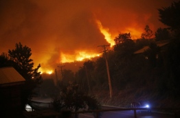 The Chilean government declared a state of emergency in several central areas due to forest fires that have destroyed more than 140,000 hectares of woods so far. / AFP PHOTO / Pablo VERA LISPERGUER