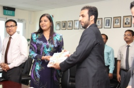Deputy Ambassador of Saudi Arabia to the Maldives, Muthrik Abdullah Al-Dhausry (R) present Arabic language books to Education Minister Dr Aishath Shiham. PHOTO/EDUCATION MINISTRY