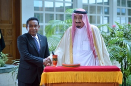 King Salman of Saudi Arabia (R) greets President Yameen during his visit to the Maldives as the Saudi crown prince. PHOTO/PRESIDENT'S OFFICE