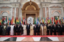 US President Donald Trump (C-L), Saudi Arabia's King Salman bin Abdulaziz al-Saud (C-R), Jordan's King Abdullah II, Egyptian President Abdel Fattah al-Sisi and other officials pose for a group photo during the Arabic Islamic American Summit at the King Abdulaziz Conference Center in Riyadh on May 21, 2017. / AFP PHOTO / MANDEL NGAN