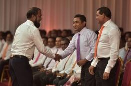 President Yameen shakes hands with Deputy Leader of MDA Ali Mauroof . PHOTO: HUSSAIN WAHEED/MIHAARU