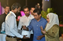 """President Abdulla Yameen (C) and First Lady Fathimath Ibrahim (R) inaugurate the """"Hiyaa"""" housing project in Hulhumale Phase 2. PHOTO: HUSSAIN WAHEED/MIHAARU"""