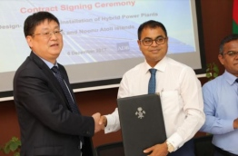 Sinomach International Sungrow company's vice president Ziyao Zian Don (L) and environment minister Thoriq Ibrahim sign contract awarding the installation of hybrid power plants in Shaviyani and Noonu atolls to Sinomach.