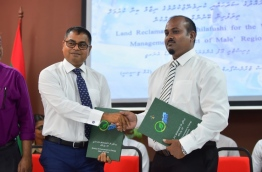 Environment minister Thoriq Ibrahim (L) and MTCC deputy MD Krik Riza sign the agreement to award land reclamation and revetment installation in K. Thilafushi to MTCC. PHOTO: HUSSAIN WAHEED/MIHAARU