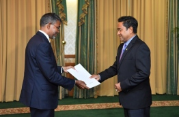 President Yameen handing over letter of appointment to Sulaiman.