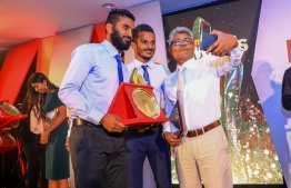 "Paradise Island Resort, May 5, 2018: Ahmed ""Bodu Heena"" Saleem (R) takes selfie with footballers Ali ""Dhagandey"" Ashfaq and Ali ""Sentey"" Fasir. PHOTO/IMAGES.MV"