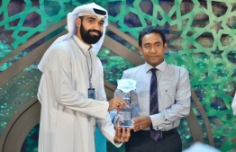 "Islamic Centre, May 17, 2018: President Abdulla Yameen (R) presents award to Abdulla Mohamed Khathim Al-Khayyat from Kuwait, the winner of the ""Al-Nour Al Mubin"" International Quran Competition. PHOTO: HUSSAIN WAHEED/MIHAARU"