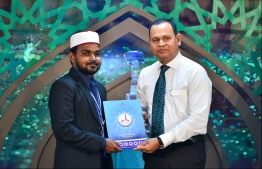 "Islamic Centre, May 17, 2018: Defence Minister Adam Ashraf (R) presents award to Ashraq Nazir from the Maldives, who came in third at the ""Al-Nour Al Mubin"" International Quran Competition. PHOTO: HUSSAIN WAHEED/MIHAARU"
