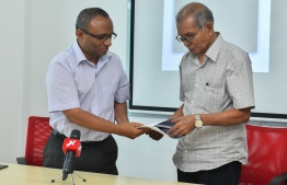 Judge Suood (pictured left),  at the Android launching of the 'Qaanoonee Radheef' application. PHOTO: MIHAARU