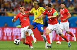 Switzerland's midfielder Granit Xhaka (L), Brazil's forward Neymar (C) and Switzerland's defender Stephan Lichtsteiner (R) compete for the ball during the Russia 2018 World Cup Group E football match between Brazil and Switzerland at the Rostov Arena in Rostov-On-Don on June 17, 2018. / AFP PHOTO / JOE KLAMAR /
