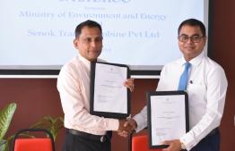 Environment Minster Thoriq Ibrahim (L) and Senok Trade Combine's Prabhat Ruwanpura signing agreement for the Water Drainage Project of S. Feydhoo. PHOTO: LAMYA ABDULLA/MIHAARU