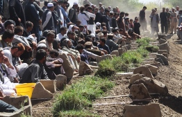 Afghan Shiite mourners and relatives attend a burial ceremony for the 35 victims of a suicide attack in a Shiite mosque in Gardez of Paktia province on August 4, 2018. The death toll from a twin burqa-clad suicide blasts inside a Shiite mosque attack in eastern Afghanistan has jumped to 35, officials said on August 4. / AFP PHOTO / FARID ZAHIR