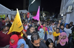 Crowds gather in front of the Criminal Court on September 24, 2018, after jailed politicians are summoned for their hearings. PHOTO: HUSSAIN WAHEED/MIHAARU