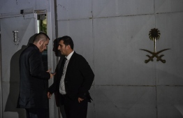 Security members of the consulate wait in front of the gate door of the Saudi Arabian consulate on October 17, 2018 in Istanbul. - Saudi Arabia's consul to Istanbul Mohammed al-Otaibion on October 16, 2018 left the Turkish city bound for Riyadh on a scheduled flight, reports said, as Turkey prepared to search his residence in the probe into the disappearance of journalist Jamal Khashoggi. (Photo by Ozan KOSE / AFP)