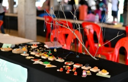 A crafts stall featuring neckleces, keyrings and other crafts during the 5-year annieversary show of 'Fannuge Dharin'. PHOTO: AHMED NISHAATH/MIHAARU