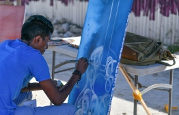 Arist live painting during the 5-year anniversary show of 'Fannuge Dharin'. PHOTO: AHMED NISHAATH/MIHAARU