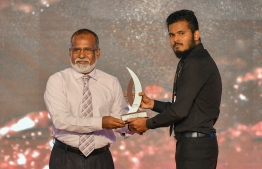 Muizzu Ibrahim (Mihaaru) wins Journalism Award for Legal Category, beating out Nazim Hassan (Avas) / PHOTO: MIHAARU
