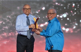 Abdullah Sadiq accepts the Lifetime Achievement Award from former president Maumoon Abdul Gayyoom at Maldives Journalism Awards 2018 / PHOTO: MIHAARU