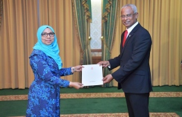 President Ibrahim Mohamed Solih (R) awards letter of appointment to Aishath Mohamed Didi, the new Maldivian Ambassador to India. PHOTO/PRESIDENT'S OFFICE