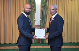 President Ibrahim Mohamed Solih (R) awards letter of appointment to Ahmed Shareef, State Minister for Transport. PHOTO/PRESIDENT'S OFFICE