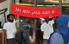 """ruling faces a demonstration initiated by political movement 'Navaanavai' calling to free the parliament from the influence of business magnates. Banner reads """"Recover the islands stolen by magnates""""  PHOTO: NISHAN ALI/MIHAARU"""