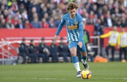 Atletico Madrid's French forward Antoine Griezmann takes a free kick to score a goal during the Spanish League football match between Sevilla FC and Club Atletico de Madrid at the Ramon Sanchez Pizjuan stadium in Seville on January 6, 2019. (Photo by CRISTINA QUICLER / AFP)