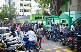 People queue up outside Iskandhar School and Arabiyya School, in Male', during the Maldivian Democratic Party parliamentary primaries. PHOTO: AHMED NISHAATH/MIHAARU
