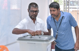 Election Official observes as party member votes during the Maldivian Democratic Party parliamentary primaries. PHOTO: NISHAN ALI/MIHAARU