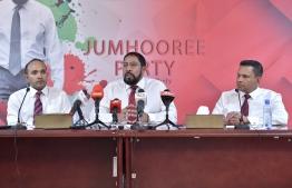 Jumhooree Party leader Qasim Ibrahim (C) speaks at press conference. PHOTO/MIHAARU