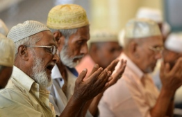 Sri Lankan Muslim men pray at the Dawatagaha Jumma Masjid mosque during Friday noon prayers in Colombo on April 26, 2019, following a series of bomb blasts targeting churches and luxury hotels on Easter Sunday in Sri Lanka. - Authorities in Sri Lanka on April 25 lowered the death toll in a spate of Easter bombings by more than 100 to 253, admitting some of the badly mutilated bodies had been erroneously double-counted. (Photo by ISHARA S. KODIKARA / AFP)