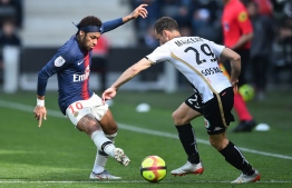 Paris Saint-Germain's Brazilian forward Neymar (L) fights for the ball with Angers' French midfielder Vincent Manceau during the French L1 football match between Angers (SCO) and Paris Saint-Germain (PSG), on May 11, 2019, at the Raymond-Kopa Stadium, in Angers.  Jean-François MONIER / AFP