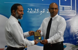 Commissioner of Prisons Abdulla Munaz (R) and Home Minister Imran Abdulla during the book donation programme for prisons. PHOTO/MIHAARU