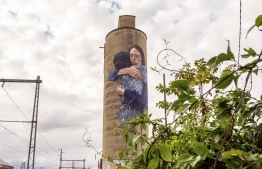 This picture taken on May 28, 2019 shows a mural of New Zealand Prime Minister Jacinda Ardern seen on a silo in the suburb of Brunswick in Melbourne. (Photo by ASANKA BRENDON RATNAYAKE / AFP)
