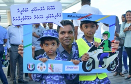 Vice President Faisal Naseem posing for a photo with some children during the inauguration ceremony held for Road Safety Awareness Campaign. PHOTO: NISHAN ALI / MIHAARU