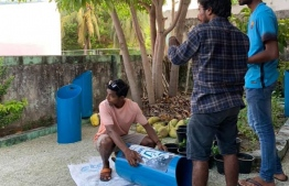 Saafu Villingili volunteers converting pipes to dustbins. PHOTO: SAAFU VILLINGILI