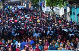 Numerous Maldivians, accompanied by some foreigners, gather to celebrate and observe the festivities organised on Independence Day 2019. PHOTO: HUSSAIN WAHEED / MIHAARU