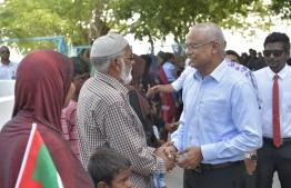Citizens of Fehendhoo greeting President Ibrahim Mohamed Solih. PHOTO:  PRESIDENTS OFFICE