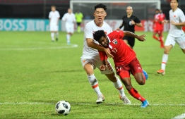 Chinese defence attempting to intercept Ibrahim Mahudhee. PHOTO: HUSSAIN WAHEED/MIHAARU