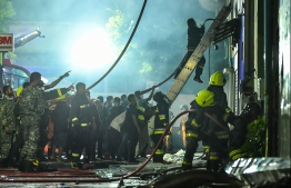 The police, military and firefighters work to control the raging fire that broke out in Henveiru ward on September 20, 2019. PHOTO: HUSSAIN WAHEED / MIHAARU