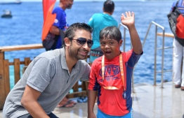 Dhiraagu's Senior Manager of Brand and Marketing Communications Mohamed Mirshan celebrating with one of the participants. PHOTO: NISHAN ALI/ MIHAARU