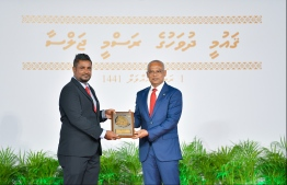 President Solih presents National Award of Recognition to VTV sports journalist Hussain Fariyad, for his contributions in the field of news and information dissemination. PHOTO: HUSSAIN WAHEED / MIHAARU